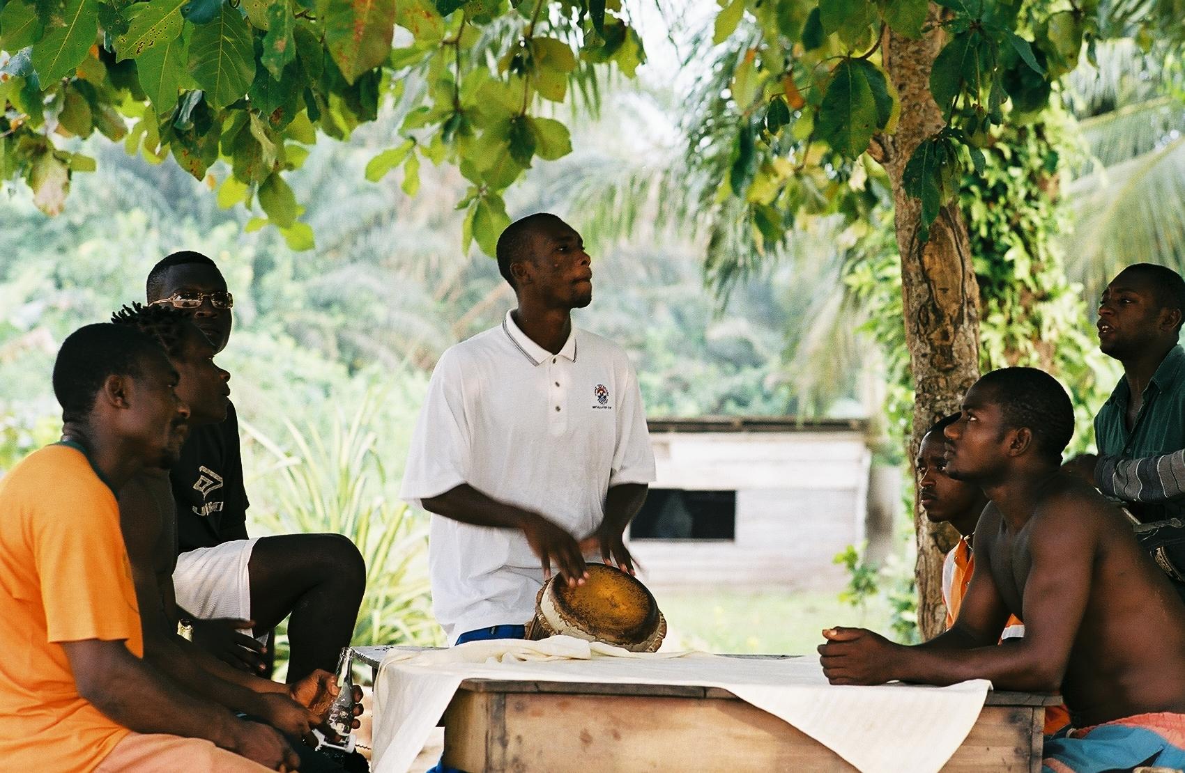 """Moment de detente des """"Boys beach"""" sur la plage de Krbi region sud du Cameroun"""