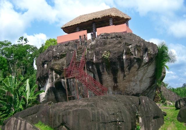 La case sur le rocher a NkolAndom