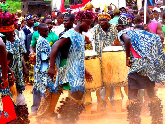 Danseurs en tenues traditionnelles dans la region de l ouest Cameroun a l occasion d une manifestation culturelle