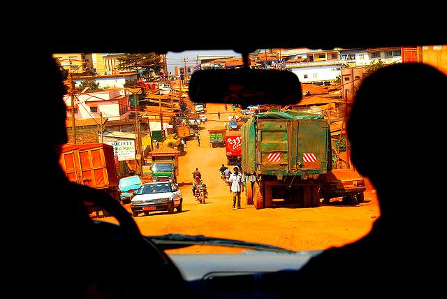 Entree dans la ville de Kumbo Ville du Cameroun Kumbo, aussi appelé Banso, est situé dans la region du Nord-Ouest au Cameroun et est le chef lieu du département du Bui. La ville est située à une altitude d'environ 2000 mètres. La population de Kumbo est majoritairement d'origine nso, observez la couleur de la terre
