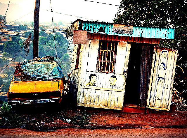 Arret sur image dans une rue de Yaounde... vieux TACO, salon de coiffure pas cher..