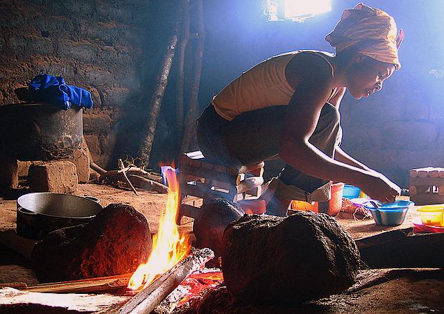 preparation au feu de bois dans une cuisine camerounaise