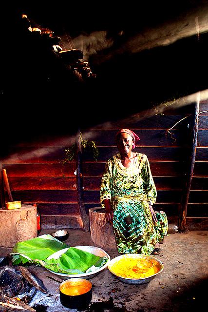 PREPARATION DU KOKI METS TYPIQUE DU CAMEROUN DANS UNE CUISINE TRADITIONNELLE