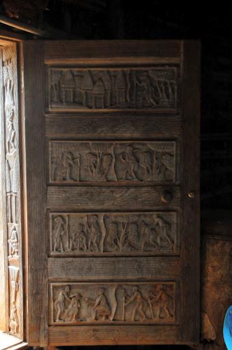 VUE D UNE DES PORTES SCULPTEES DE LA CHEFFERIE DE BAFOUSSAM OUEST CAMEROUN