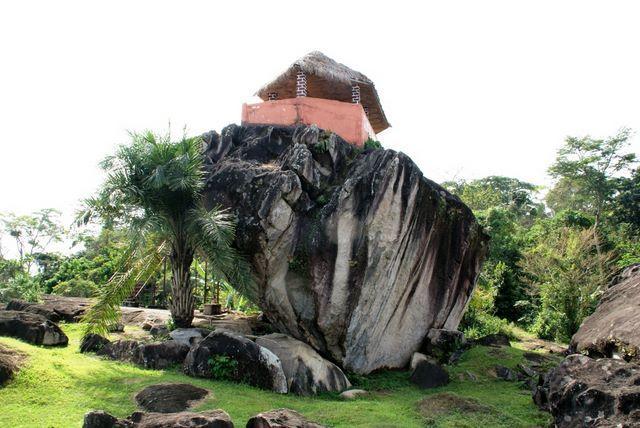 Case perchee sur l un des multiples rochers du village de Nkolandom a 15 km de la ville d ebolowa dans la region sud du Cameroun