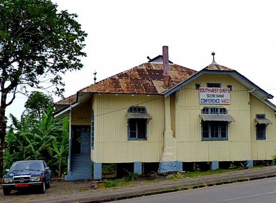 Region du sud ouest Cameroun, construction coloniale allemande abritant aujourd'hui desservives administratifs