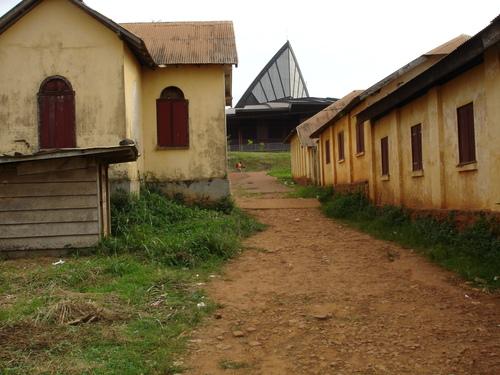 Region Centre du Cameroun, vue au premier plan des batiments scolaires et religieux datant de la periode coloniale allemande dans la ville de Yaounde (Mvolye)